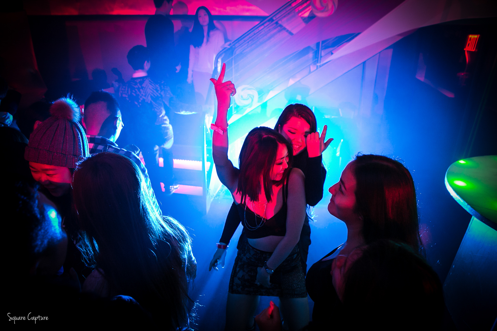 girls-dancing-in-the-NYC-club